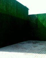 продуваемый зеленый забор из искуственной травы как на елке