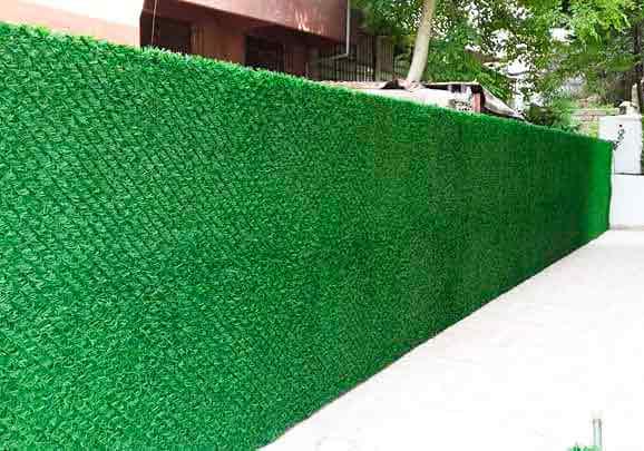 зеленый забор из травы искуственной